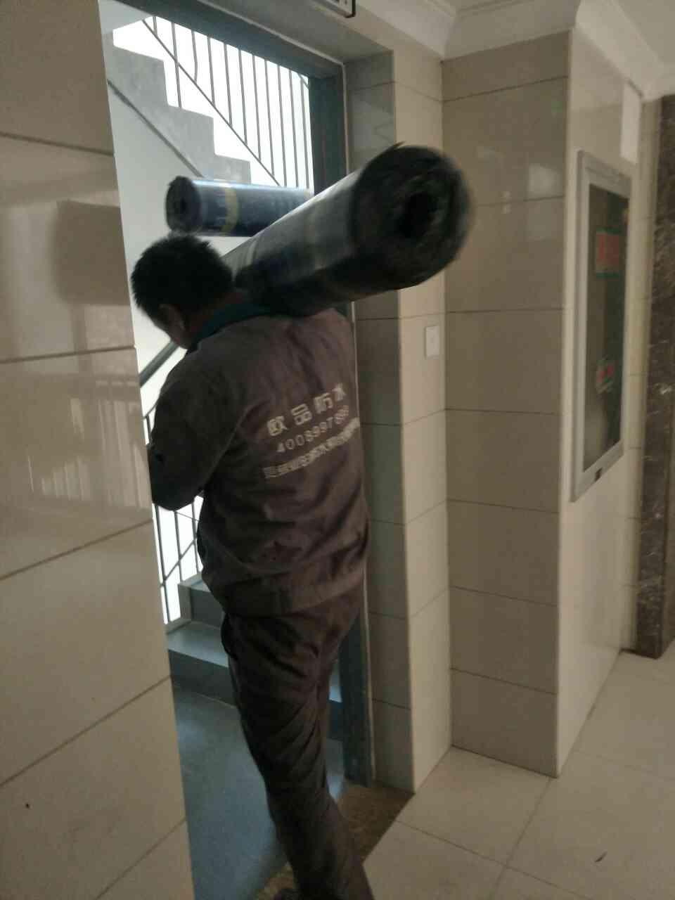 【欧品防水】屋顶防水材料搬运现场